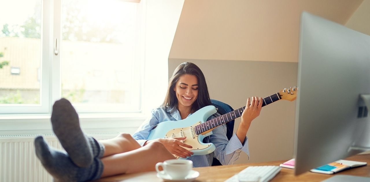 The Top 5 best online guitar lessons platforms 2021 woman 1